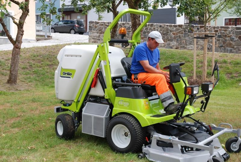 neuer rasenm her traktor grillo fd 900 4wd. Black Bedroom Furniture Sets. Home Design Ideas
